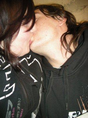Besando a mi novio mientras mi esposo me coge